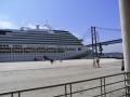 Die-Costa-Pacifica-im-Hafen-von-Lissabon-vor-der-Brücke-die-den-gesamten-Hafen-überspannt.jpg