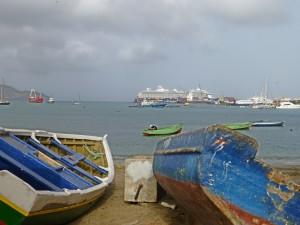 P1040032 - Die Mein Schiff 4 im Hafen von Mindelo